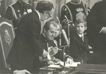 El Rey en el momento de firmar la Constitución