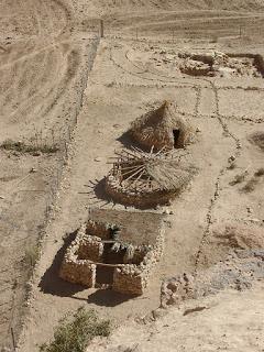 Reconstrucción de varios modelos de cabañas neolíticas pre cerámicas