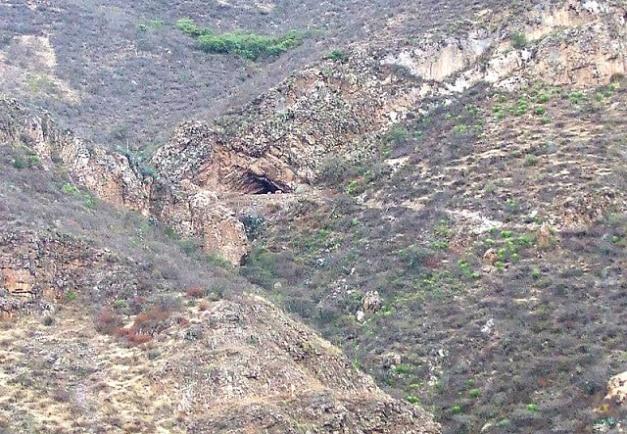 Vista desde lejos del yacimiento de la Cueva del Guitarrero