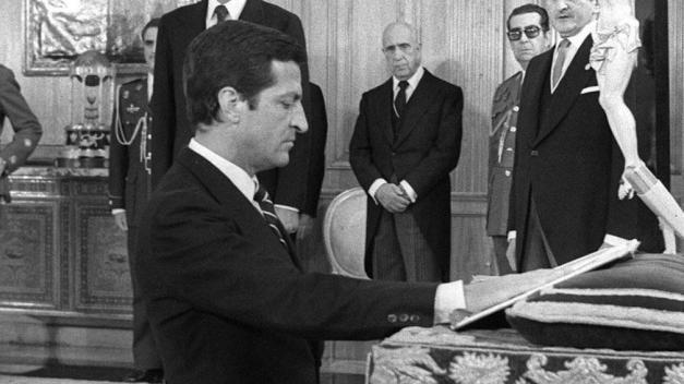 El presidente Suárez jurando el cargo de presidente del gobierno