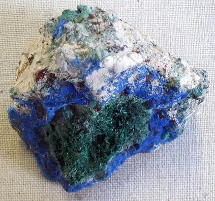 Una piedra que combina mineral de azurita y malaquita