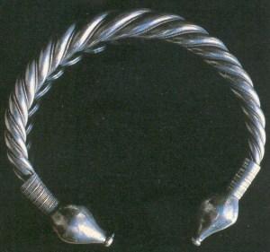 Ejemplo de lo que sería un torque de la Edad del Bronce, un elemento de adorno muy típico