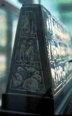 Estructura en forma de cuña de Mesopotamia, datada del 3000 a.C. en el que se puede observar la imagen de la derecha