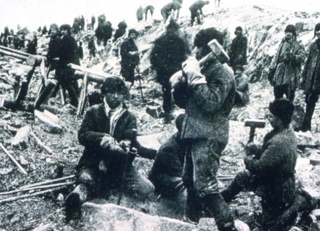 Foto histórica en la que se pueden ver a unos trabajadores trabajando en un gulaj soviético