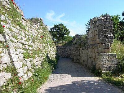 Imagen que muestra la situación contemporánea de los restos de la muralla de Troya