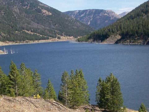 Vista general del Lago Quake, formado tras el terremoto del parque Yellowstone