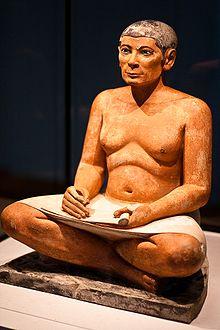 El escriba sentado, una de las esculturas más famosas del Reino Antiguo, y de toda la Historia egipcia
