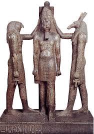 Figura esculpida que representaría a un rey egipcio custodiado tanto por Seth como por Horus