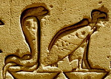 Figuras esculpidas en piedra que representan a las dos diosas, la cobra y el buitre