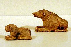 Figurillas en marfil que representan a unos leones, contextualizadas en Naqada II