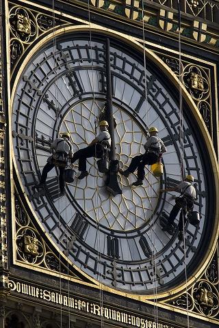Foto muy peculiar en la que se puede ver a trabajadores limpiando el reloj del Big Ben