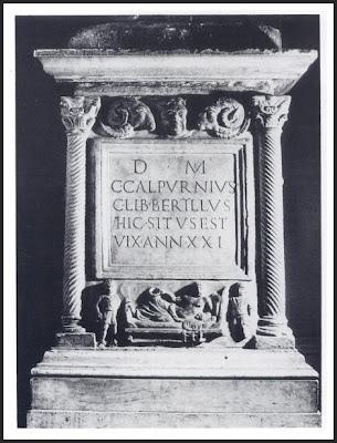 Foto que muestra una excepcional pieza de epigrafía funeraria, datada entre el siglo I y III de nuestra era