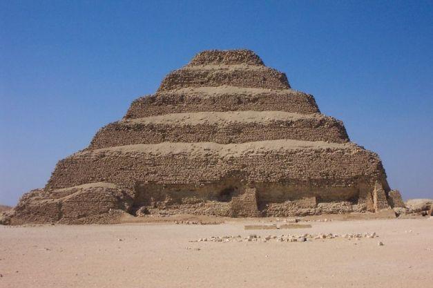 Imagen de la pirámide escalonada de Dyeser-Dyeseru