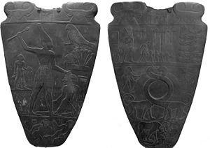 Imagen que muestra las dos caras de la famosa Paleta de Narmer, en el que se representa la unión de los dos Egiptos