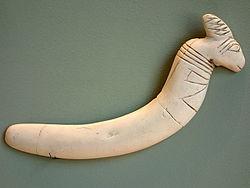 Instrumento fabricado en márfil y contextualizado en la cultura de Maadi Buto