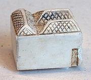 Objeto de marfil hallado como ajuar funerario de una tumba real de la dinastía I