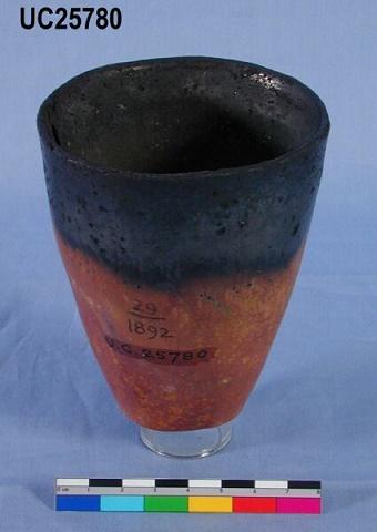 Pieza cerámica característica badariense, con la mitad inferior roja y lo demás negro
