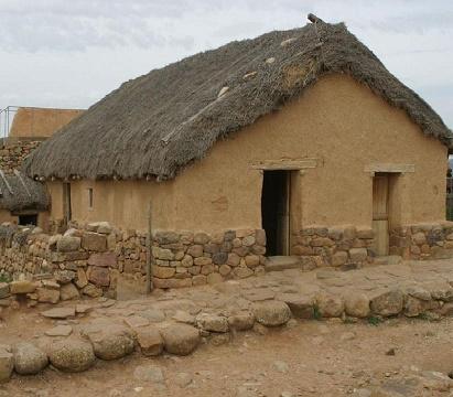 Reconstrucción de una casa celtíbera típica, en Numancia