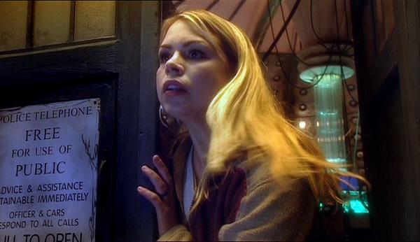 Rose Tyler, el personaje interpretado por Billie Piper, asomando por la puerta de la mítica Tardis