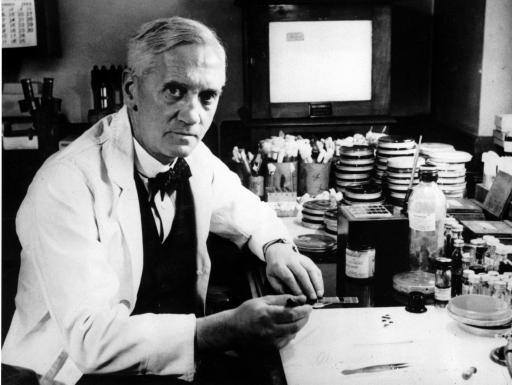 Una foto que muestra a Alexander Fleming trabajando en su laboratorio