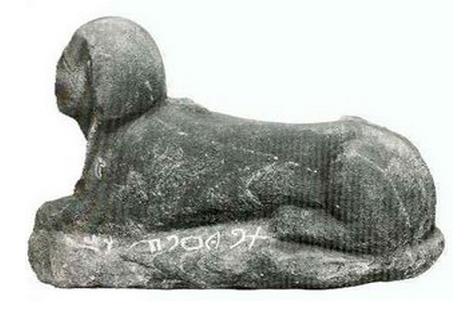 Esfinge con inscripciones de alfabeto proto sinaítico halladas en Serabit-el-Khadim