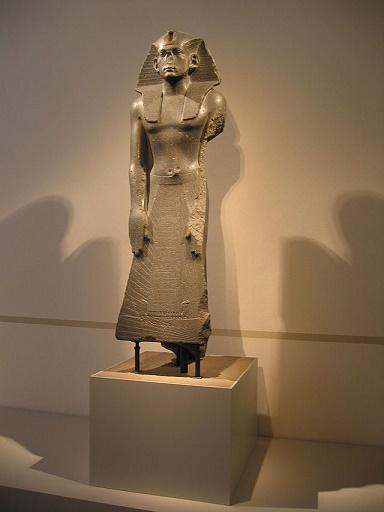 Estatua dedicada al rey Amenemhat III, actualmente en el Museo de Berlín