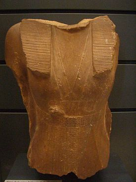 Fragmento de la estatua dedicada a la reina Sobekneferu, actualmente en el Museo del Louvre