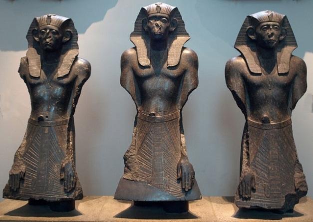 Fragmentos conservados de distintas estatuas del rey Senusret III