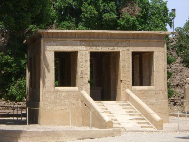 Imagen que muestra la capilla blanca creada por el rey Senusret I