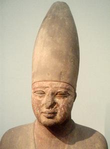 Imagen que muestra parte de la estatua del rey Montuhotep III, segundo rey del Reino Medio