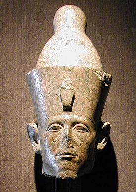 Restos de una estatua del rey Senusret III, de la que se conserva la cabeza