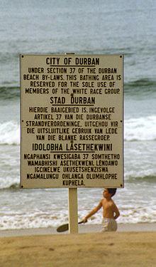 Año 1989, cartel en una playa indicando que solo pueden estar en ella los blancos