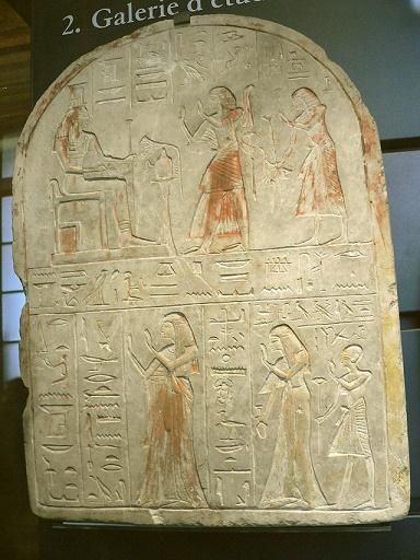 Estela donde se puede ver la iconografía de este rey kushita con estética egipcia. Se puede ver como lleva un arco y una maza.