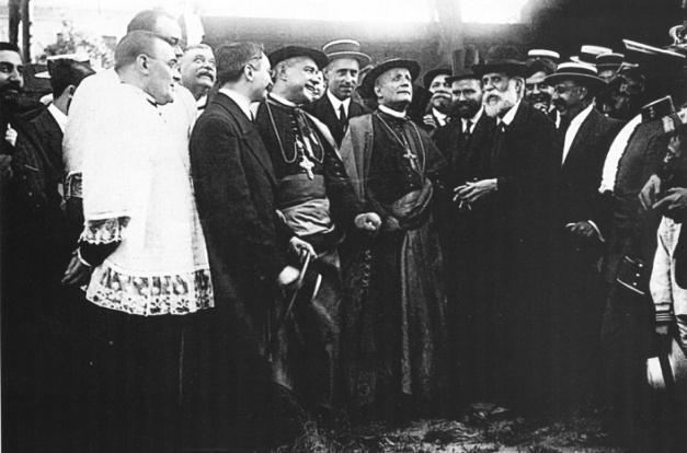 Foto histórica en la que se puede ver a Gaudí enseñando las obras de la Sagrada Familia al nuncio del Vaticano (1915)