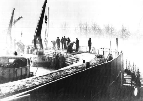 Foto histórica que muestra a trabajadores de la RDA construyendo el Muro de Berlín en noviembre de 1961