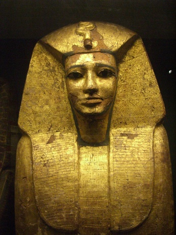 Sarcófago con forma humanoide de la dinastía XVII egipcia, ubicado actualmente en el Museo del Louvre