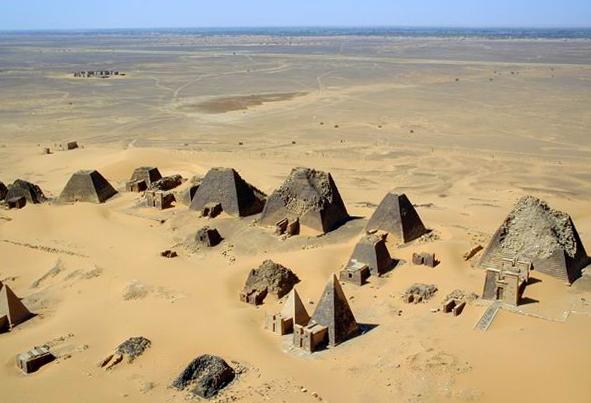 Vista desde el aire de los complejos funerarios y pirámides de Meroe, en Nubia