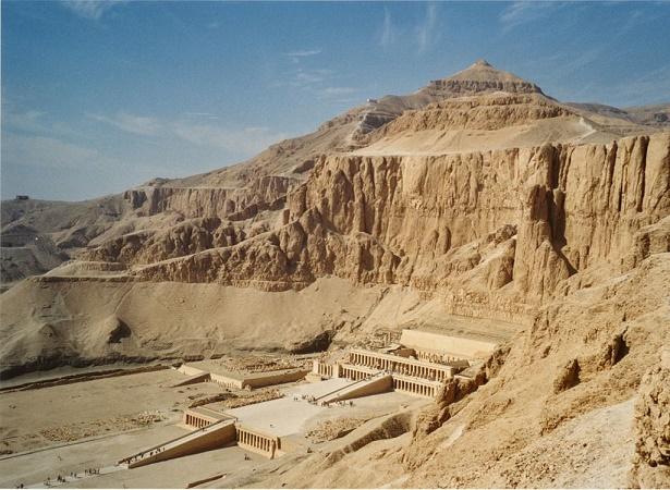 Vista desde el aire de todo el complejo de templos de Deir el Bahari