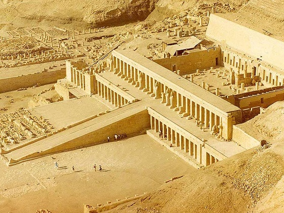 Vista desde el aire enfocada hacia el templo funerario de Hatshepsut