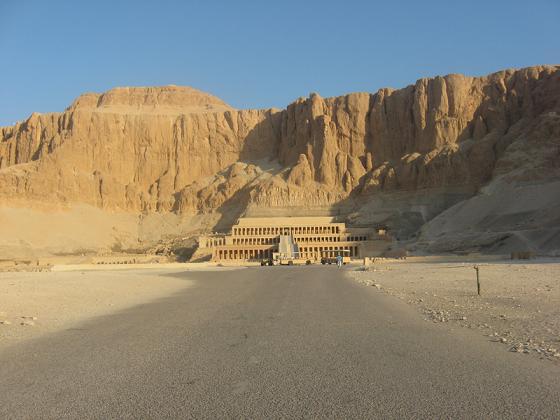 Para acabar esta entrada, os muestro una vista desde el suelo del templo de Hatshepsut