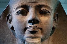 Detalle del rostro de una estatua dedicada a Ramsés II