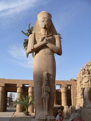 Estatua de un Sumo Sacerdote de Amón en el templo de Karnak, de principios de la XXI dinastía