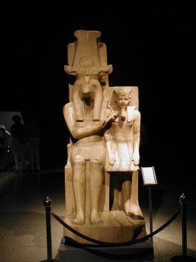 Estatua en la que se representa al rey Amenhotep III junto al dios Sobek