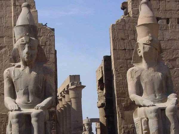 Estatuas colosales de Ramsés II a la entrada del templo de Amón en Luxor del que hablé anteriormente