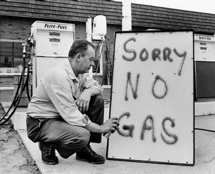 Fotografía en el que se ve a un repostador de gasolina indicando que ésta se había agotado, en 1973