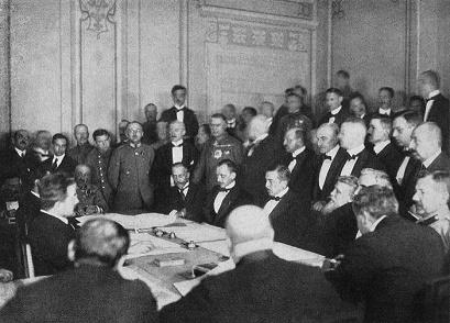 Fotografía histórica que muestra a delegados de las Potencias Centrales firmando el Tratado de Brest-Litovsk