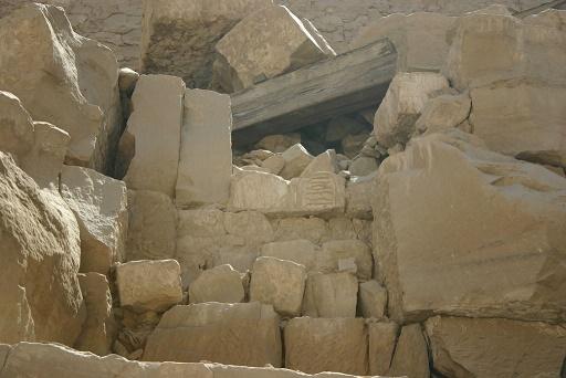 """Imagen en el que se puede observar diversos bloques """"talatat"""" en un templo de Karnak"""