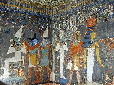 Imagen que muestra parte de las representaciones de la tumba de Horemheb en el Valle de los Reyes