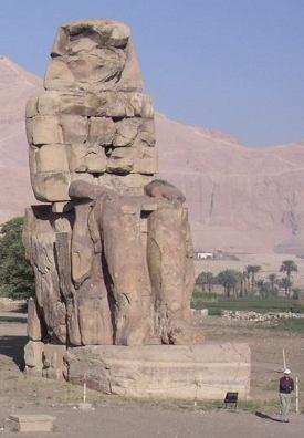 Imagen que muestra una de las dos estatuas colosales colocadas a la entrada del templo funerario de Amenhotep III