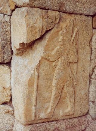 Relieve en el que se ve a Shubiluliuma II, último rey hitita antes de las invasiones de los pueblos del mar